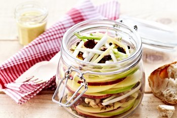 Insalata Waldorf all'Emmentaler DOP, con salsa allo yogurt profumata al curry